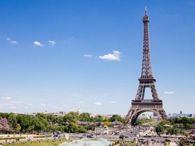 Widok na Wieżę Eiffla. Wycieczka do Paryża dla grup i szkół.
